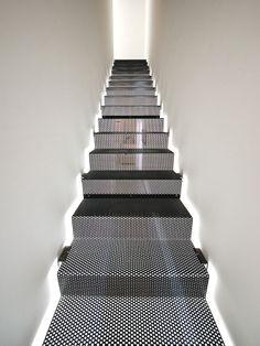 Escada de metal com jogo de luz lateral