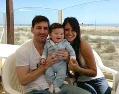 lionel messi son photos , thiago messi pictures , lionel messi with his son cute images Messi And His Wife, Messi Son, Lionel Messi Family, Ronaldo Pictures, Messi Pictures, Messi Photos, Antonella Roccuzzo, Good Soccer Players, Football Players