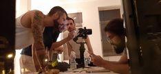 Con el operador de cámara mostrando una de las tomas Teaser, Selfie, Mirror, Beds, Mirrors, Vanity, Tile Mirror