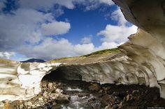 ロシアにある氷の洞窟がまるで別世界のよう