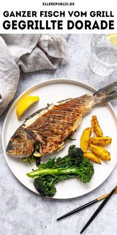 Ein ganzer Fisch vom Grill hört sich vielleicht herausfordernd an. Doch wie so oft ist es ganz einfach, wenn Ihr ein paar Tipps beherzigt. Eine gegrillte Dorado ist für den Start auf jeden Fall eine gute Wohl, da Ihr für die Vorbereitung nur Olivenöl, Salz und Pfeffer benötigt. Damit bekommt Ihr einen leckeren und puren Geschmack, so dass Ihr den Fisch direkt nach dem Grillen servieren könnt. #ellerepublic #rezept #grillen #lowcal #lowcarb Fish Recipes, Appetizer Recipes, Appetizers, Low Cal, Amazing Food Photography, Hummus, Steak, Good Food, Turkey