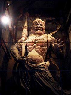 東大寺南大門 金剛力士像:重源の東大寺復興事業の一環として再建された。阿形(あ)・吽形(うん)があり、運慶・快慶・定覚・湛慶の慶派一門により、1203年に69日で制作された寄木造の傑作。