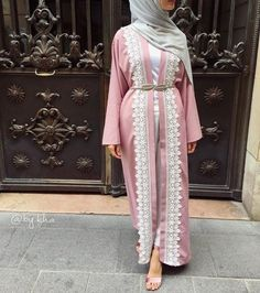 Open abaya hijab style – Just Trendy Girls Islamic Fashion, Muslim Fashion, Modest Fashion, Fashion Dresses, Modele Hijab, Mode Abaya, Hijab Trends, Outfit Look, Abaya Designs