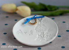 Precioso platillo porta-anillos realizado completamente a mano y personalizado con las iniciales de la pareja.