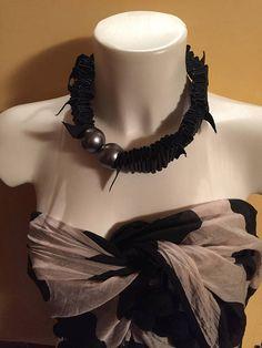 Collana in pelle scamosciata e perle colore argento
