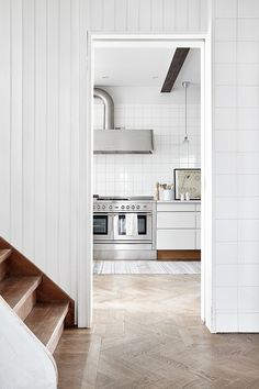 Take a look at stunning Scandinavian kitchen design photos and tips. All from tips on which colors to use, materials, details + what to think of to create your unique Scandinavian design story. We cover it all! Country Style Homes, Cottage Style, Southern Style, Kitchen Interior, New Kitchen, Kitchen Decor, Kitchen Stove, Kitchen Cabinets, Planchers En Chevrons