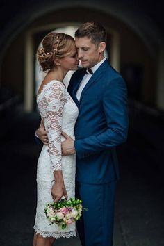 Kurze Spitze Hochzeit Kleid mit durchsichtigen Ausschnitt und zurück in schnurgebundenen Französisch Spitze Das Kleid ist in europäischen Atelier und ist maßgeschneidert nach Ihren persönlichen Maßen und wünschen. Bitte kontaktieren Sie mich senden wir Ihnen eine Liste der Messungen