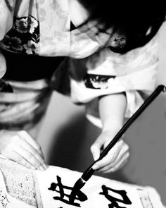Japanese calligraphy, Shodo 書道 A left handed calligrapher! Japanese Culture, Japanese Art, Moleskine, Japan Info, Japan Crafts, Turning Japanese, Tinta China, Art Japonais, Japanese Calligraphy