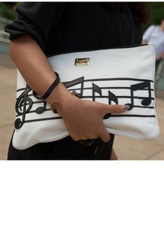 Music notes clutch by Dolce & Gabbana, spotted at NY Fashion Week. So cool for music lovers My Bags, Purses And Bags, Pochette Diy, Fashion Bags, Fashion Accessories, Diy Fashion, New York Street Style, Dolce E Gabbana, Ny Fashion Week