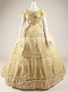 1866 French Wedding dress at the Metropolitan Museum of Art, New York Antique Wedding Dresses, Vintage Gowns, Mode Vintage, Vintage Outfits, Ivory Wedding, Vintage Clothing, Wedding Gowns, 1800s Fashion, 19th Century Fashion
