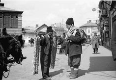 Vanzator de usturoi City People, Bucharest Romania, Interesting Reads, Timeline Photos, Vintage Photos, Amen, Past, Nostalgia, Street View