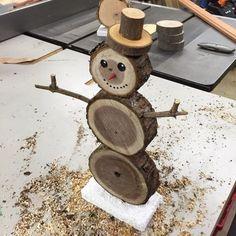 À fabriquer cette année pour décorer le jardin à Noël : des bonshommes de neige en rondins de bois ! Un bricolage de Noël pas cher et original.