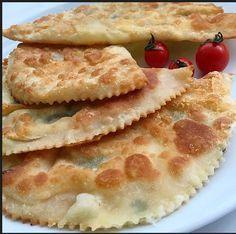 Merhaba! Yeni yılın ilk tarifi peynirli çiğ börek. Oldukça kolay bir hamuru var. Malzemeler: • 1 su bardağı (240 ml) ılık su • 1 çay kaşığı...