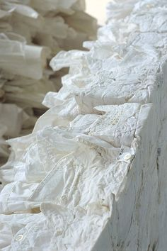 "Japanese artist Naoko Yoshimoto | ""White coffin"", a collection of sculptures made from linen | via Fashion Portfolio: Escultura textil"