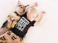 ¡Enternecedor! Así duerme plácidamente este bebé con su mascota