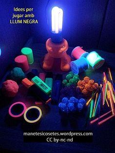 Idees per crear amb llum negra i materials fluorescents.