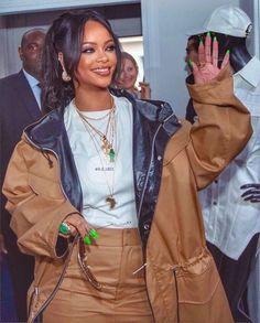 Rihanna green nails natural look makeup Mode Rihanna, Rihanna Riri, Rihanna Style, Rihanna Swag, Rihanna Nails, Rihanna Fashion, Beige Outfit, Mode Outfits, Fall Outfits