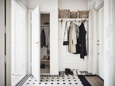 No-fail tips for a stylish & organised entryway (no matter what size) - DIY home decor - Your DIY Family Scandinavian Interior Design, Home Interior, Interior Design Living Room, Entryway Organization, Home Organisation, Organized Entryway, Hallway Storage, Hallway Inspiration, Interior Design Inspiration