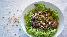 Lett, god og enkel lunsj: squashsalat med syltet rødløk og feta Guacamole, Food Inspiration, Cabbage, Squash, Clean Eating, Rice, Mexican, Vegetables, Ethnic Recipes