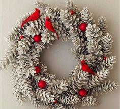 couronne-Noël-plantes-argentées-boules-Noel-rouges-oiseaux-rouges couronne de Noël