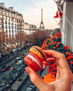 Dessert time in Paris. Travel Aesthetic, Aesthetic Food, Macarons, Yummy Drinks, Yummy Food, Nutrition Sportive, Brunch, Macaron Recipe, Paris Travel