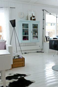 I love the white floors. Interior Design Inspiration, Home Decor Inspiration, Decor Ideas, Home Living Room, Living Spaces, White Wooden Floor, Living Comedor, Rustic Interiors, Beautiful Interiors