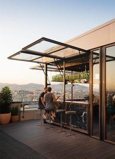 restaurant arquitectura The bar opens and closes by operating the small swing gate Rooftop Design, Rooftop Bar, Patio Design, Design Exterior, Door Design, House Design, Glass Garage Door, Outdoor Kitchen Bars, Cafe Interior Design
