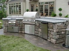 Trying to create the perfect outdoor kitchen for your backyard? Use these helpful tips to choose the best built-in grill for the ultimate dining experience. Outdoor Kitchen Grill, Outdoor Kitchen Design, Outdoor Cooking, Outdoor Kitchens, Outdoor Barbeque, Backyard Kitchen, Outdoor Entertaining, Backyard Cabana, Outside Living