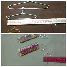 Mini Cabides Informações Clothes Hanger, Mini, Dolls, Coat Stands, Toss Pillows, Coat Hanger, Hanger, Puppet, Doll