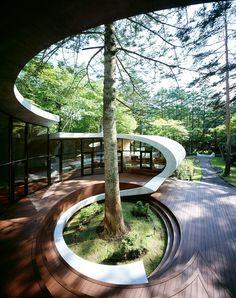 Como si flotara por el bosque, esta Casa Caracol sincroniza su estilo clásico y futurista con la naturaleza de su alrededor.