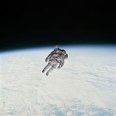 Challenger IV astronaut Bruce McCandless II equipped w. nitrogen-propelled manned maneuvering unit during history's untethered space walk Get premium, high resolution news photos at Getty Images Michael Jackson Bailando, Nasa Space Program, Secret Space, Nasa Missions, Space And Astronomy, Space Planets, Space Shuttle, Space Telescope, To Infinity And Beyond