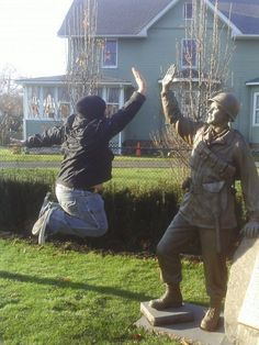 funny and interesting statue photos 14 Cartoon Jokes, Funny Jokes, Hilarious, Fun With Statues, Funny Statues, Teenager Photography, Perfectly Timed Photos, Funny Comments, Perfect Timing