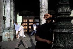 Alex Webb CUBA. Havana. 2002. Waiting for buses.