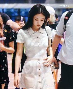 Jennie at airport Blackpink Outfits, Korean Outfits, Fashion Outfits, Blackpink Fashion, Asian Fashion, School Looks, Airport Fashion Kpop, Airport Outfits, Kpop Mode
