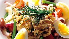 Klassisen Nizzan salaatin saa tavallistakin ruokaisammaksi käyttämällä perunan sijaan pastaa. Se tekee sitä paitsi salaatista lapsiystävällisempää ja jännittäväää.