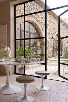 Maison moderne avec grandes fen tres baies vitr es et - Baie vitree interieure type atelier ...