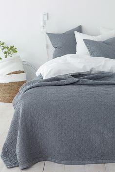 med jacquardvävt rutmönster och fin struktur. Tvättad kvalitet. <br><br>80% bomull, 20% polyester<br>Skontvätt 40°