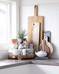 Que tal criar um cantinho na cozinha com suas peças preferidas? Tábuas, potinhos de tempero e louças brancas fazem uma bela composição. Foto Pinterest #revistacasaclaudia #decor #decoration #decoração #home #house #casa #homedecor#kitchen #cozinha