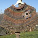 Coprispalle fatto a maglia ai ferri- Pattern Poncho Shawl, Poncho Tops, Knitted Capelet, Free Knitting, Free Pattern, Men Sweater, My Style, Fabric, Jennifer Aniston