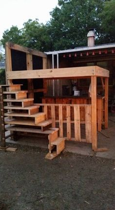 King Loft Pallet Bed With Stairs Cama King Loft Pallet With Stairs Camas e cabeceiras Pallet Loft Bed, Pallet Stairs, Loft Bed Stairs, Diy Pallet Bed, Bunk Beds With Stairs, Kids Bunk Beds, Loft Beds, Just Kids, Cama King