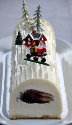 Voici la bûche que j'ai proposée pour le réveillon de Noël. Je me suis inspirée d'une recette trouvée sur le site Gourmandises Guy Demarle. Car je me suis offert le moule bûche et son tapis décor bois, et je n'avais qu'une hâte, les inaugurer :-) L'idée...