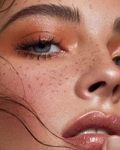 Wist je dat... je je favoriete blush ook kan gebruiken als oogschaduw? Breng onze Blossoming Cheek Colour aan op de oogleden en blend mooi uit voor een romantische ooglook. : @bellemjohnson - Save 15% on select Cuvget skin care through this pin through 5/6 while supplies last.