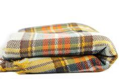 Dans l'air du temps, écharpe oversize en tricot écossaise.