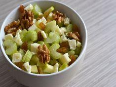 Salade de céleri branche, pommes, roquefort et noix, ou avec petit chevre car je ne suis pas trop roquefort....Miam