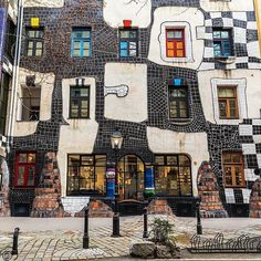 🇦🇹 kunst Haus Wien -> This is a museum designed by Friedensreich Hundertwasser. Oh The Places You'll Go, Places To Travel, Travel Destinations, Places To Visit, Budapest, Friedensreich Hundertwasser, Hallstatt, Arquitetura, Salzburg
