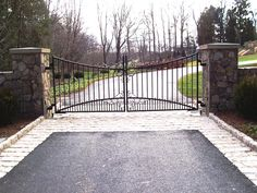 Decorative scalloped automated entrance gate House Front Gate, Front Gates, Front Yard Fence, Entrance Gates, Window Bars, Driveway Entrance, Garden Paving, Wrought Iron Gates, Gate Design