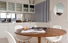 """Além de ligar a sala à cozinha, a copa de Silvia Sandoval também une a família. """"Apesar do apartamento ser moderno, nosso estilo de vida é das antigas: sentamos para fazer as refeições juntos"""", conta. É lá também que são guardados os utensílios"""