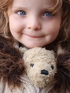 A little girl's best friend travel companion -- her Teddy. Precious Children, Beautiful Children, Beautiful Babies, Little People, Little Ones, Little Girls, Baby Faces, My Teddy Bear, Children Photography