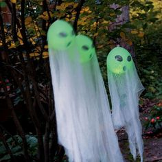 Glowing Ghosts (Glo-sticks in balloons.) Table Halloween, Halloween Door, Halloween Ghosts, Costume Halloween, Masque Halloween, Outdoor Halloween, Adult Party Decorations, Halloween Yard Decorations, Halloween Themes