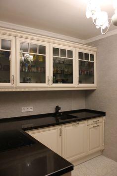 Проект угловой кухни по индивидуальному заказу реализован совместно с фабрикой Stormer (Германия). Столешница - кварцит; Мойка и смеситель - Blanco (Германия); Варочная (стеклокерамика), посудомоечная машина, духовой шкаф, пароварка, кофе-машина - Siemens (Германия);